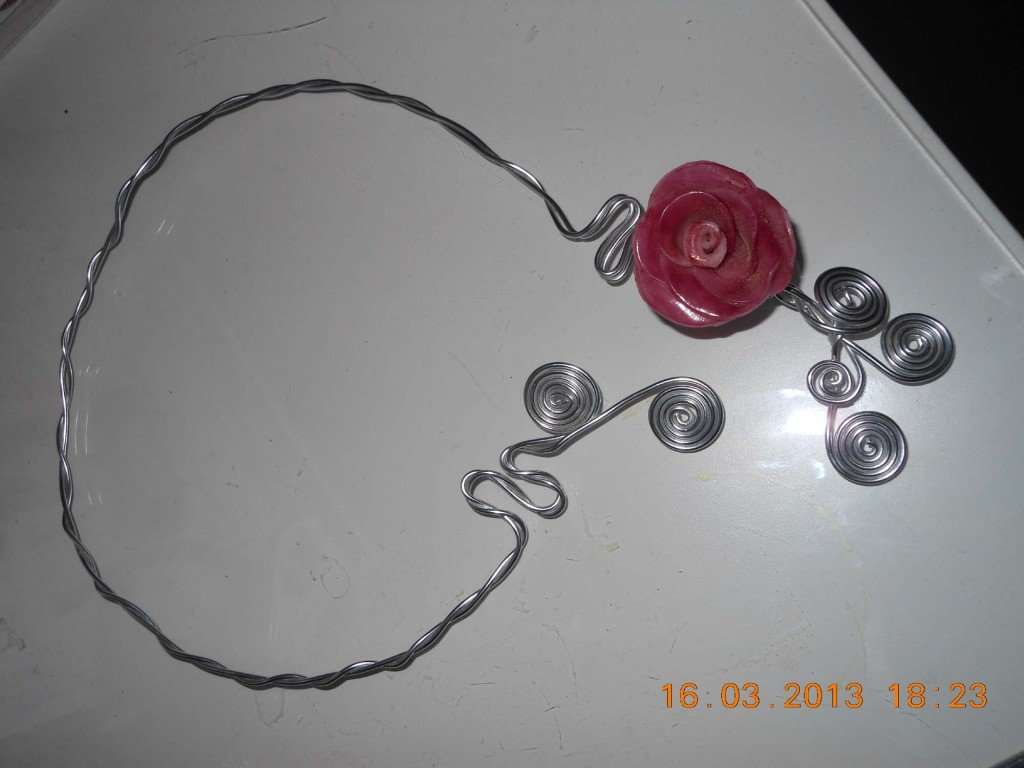 collier-alu-et-rose-en-fimo-2